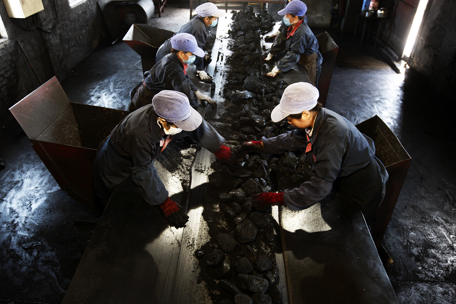Chinese workers sort out waste rocks from coal